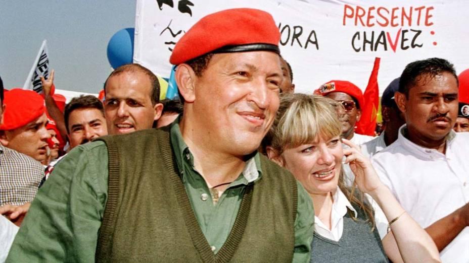 Ao lado da mulher, Marisabel, durante marcha em Caracas que abriu oficialmente sua campanha eleitoral para presidente da Venezuela, em agosto de 1998