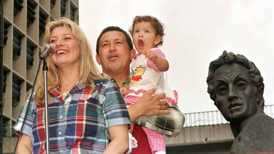 Com a mulher Marisabel e a filha Rosaines em comício em Caracas, em outubro de 1998