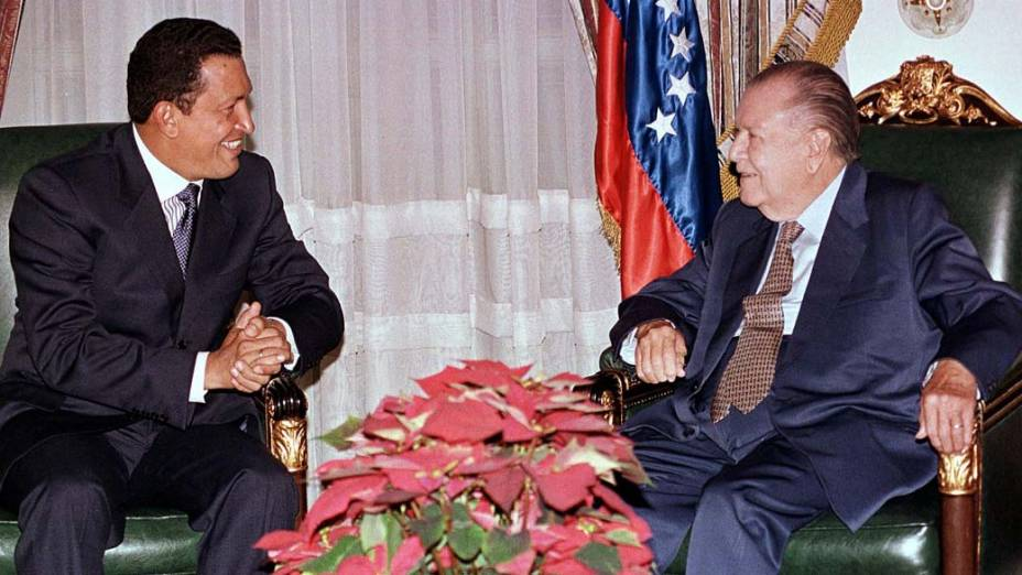 Hugo Chávez em conversa com seu antecessor Rafael Caldera após vencer as eleições presidenciais de dezembro de 1998 com 56% dos votos
