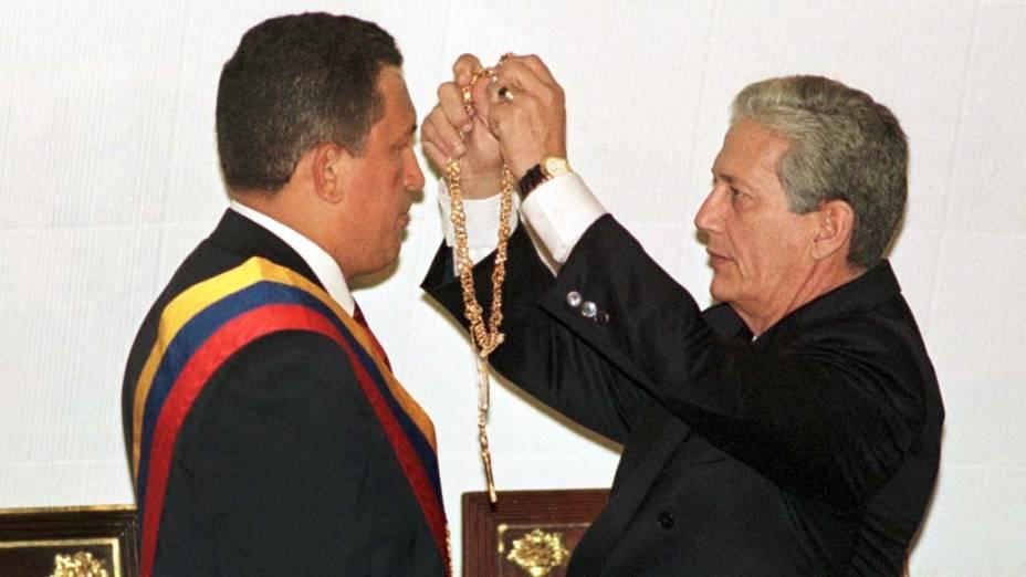 Chávez recebe o colar de Simon Bolívar durante cerimônia de posse em 2 de fevereiro de 1999