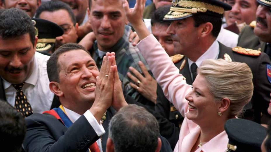 Chávez e a mulher Marisabel rumo ao palácio presidencial em Caracas, Venezuela, em fevereiro de 1999