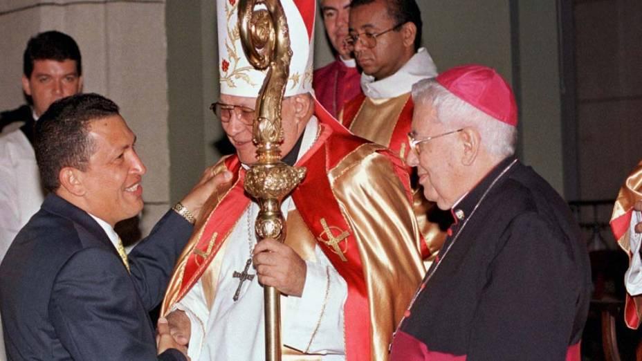 Hugo Chávez com o arcebispo de Caracas Mario Moronta na catedral de Caracas, em fevereiro de 1999