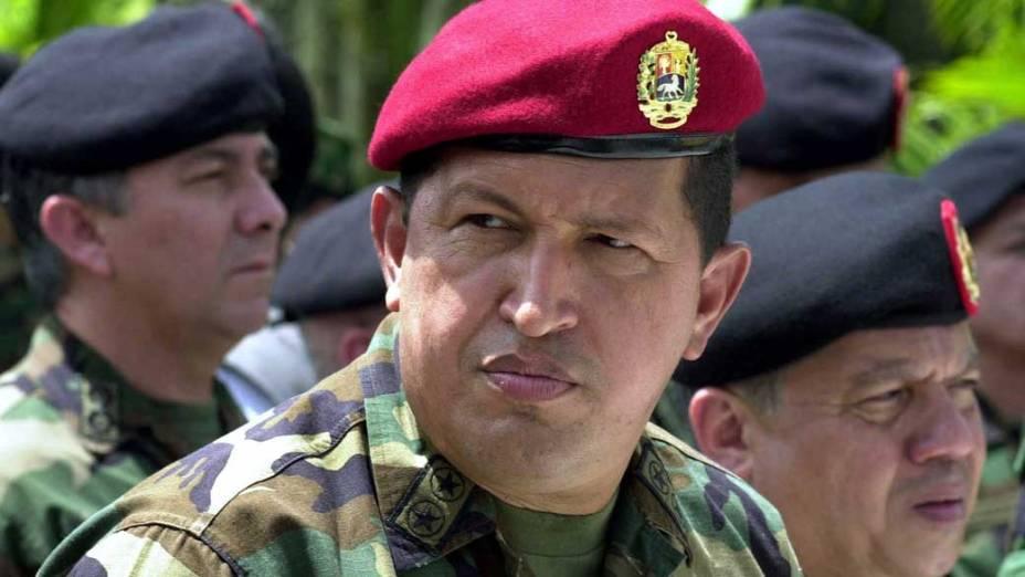 Hugo Chávez com militares do exército em Valência, Venezuela, em junho do ano 2000