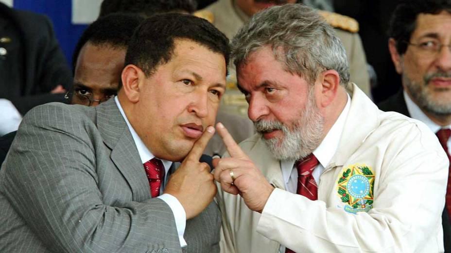 Hugo Chávez e Lula durante cerimônia de inauguração de uma refinaria de petróleo montada em acordo dos dois países no Recife