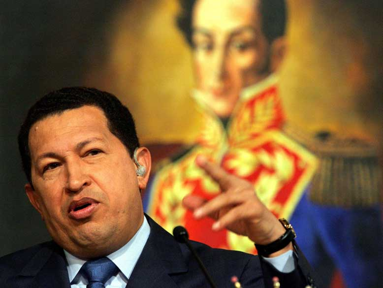 Chávez concede entrevista no palácio de Miraflores, em Caracas, tendo quadro de Simon Bolívar ao fundo