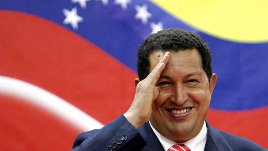 Hugo Chávez em frente a bandeira da Venezuela no Panamá