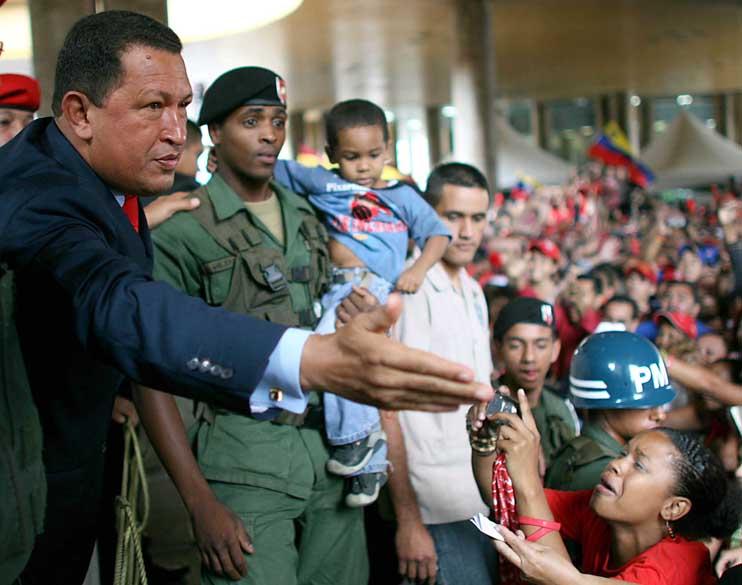 Hugo Chávez no Conselho Eleitoral Nacional após sua reeleição em Caracas, Venezuela, em 05/12/2006