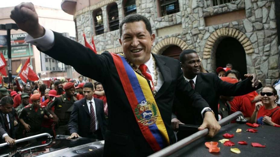 Hugo Chávez durante desfile a caminho do congresso após ser reeleito em Caracas, Venezuela, em 10/01/2007
