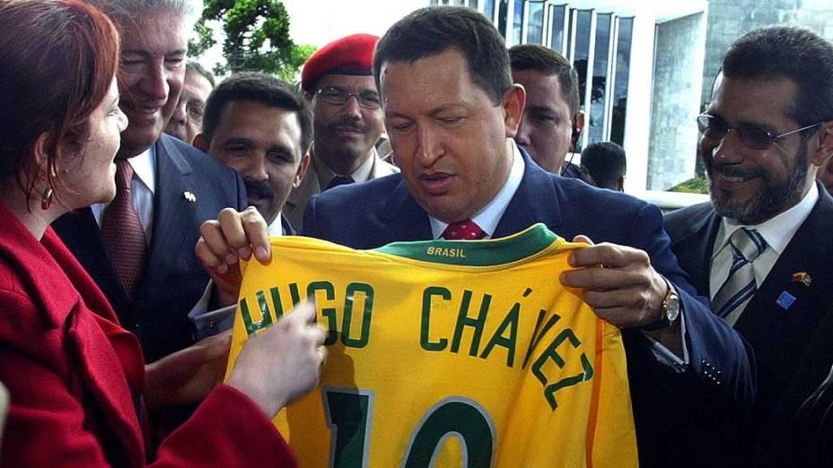 Hugo Chávez durante visita ao Brasil em Curitiba, em 20/04/2006