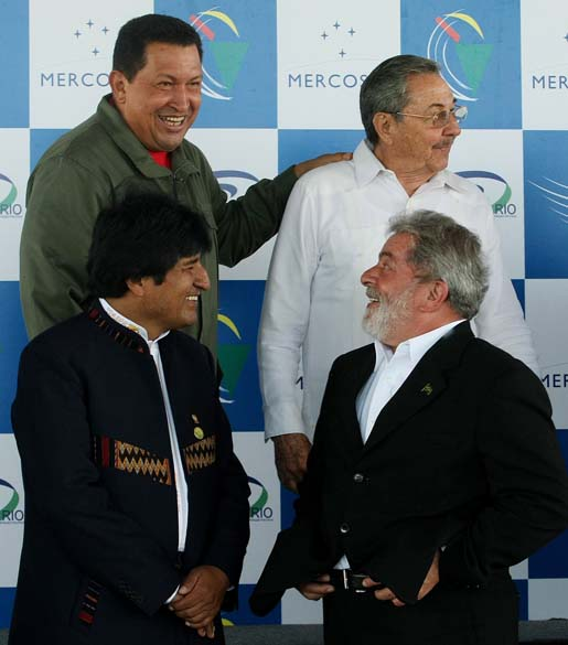 Hugo Chávez, Raul Castro, Evo Morales e Lula durante reunião de Cúpula Extraordinária da Unasul e da Cúpula da América Latina e do Caribe sobre Integração e Desenvolvimento na Costa do Sauípe, Bahia