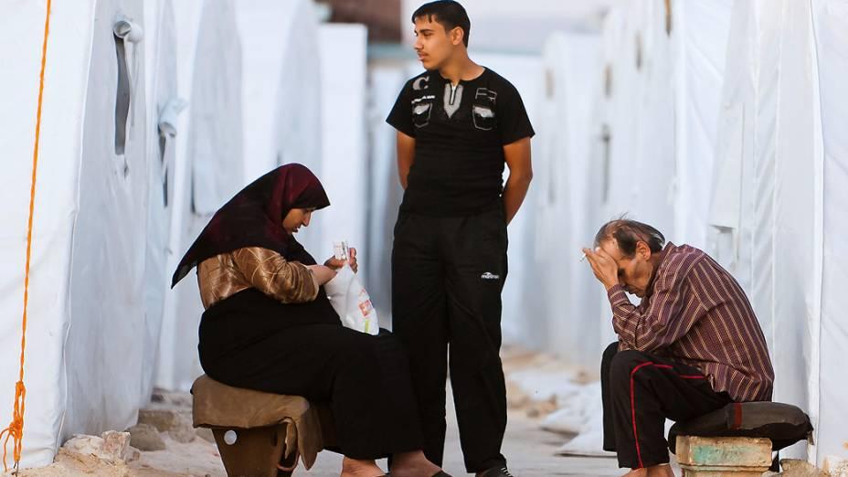 Sírios aguardam no campo de refugiados de Al-Salama, próximo à fronteira entre a Síria e a Turquia