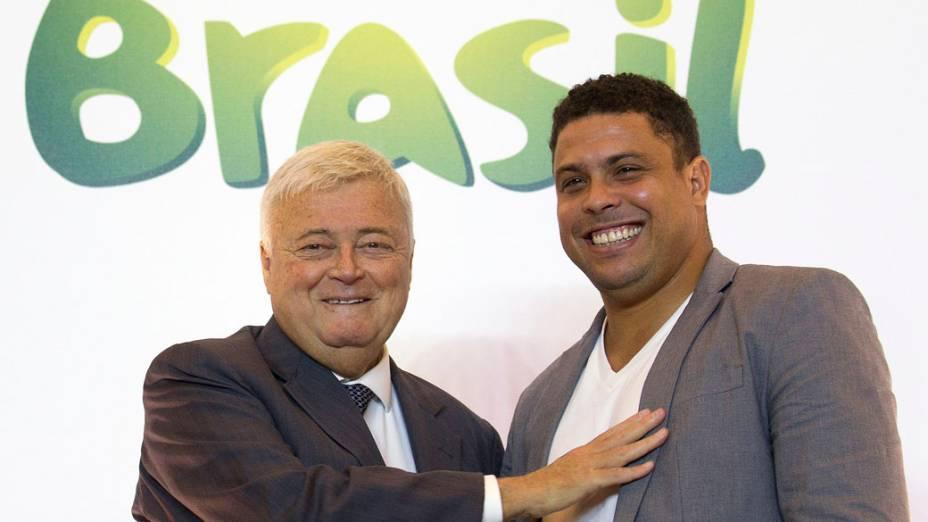 Ricardo Teixeira, ao lado do ex-jogador Ronaldo, em apresentação sobre a Copa do Mundo de 2014