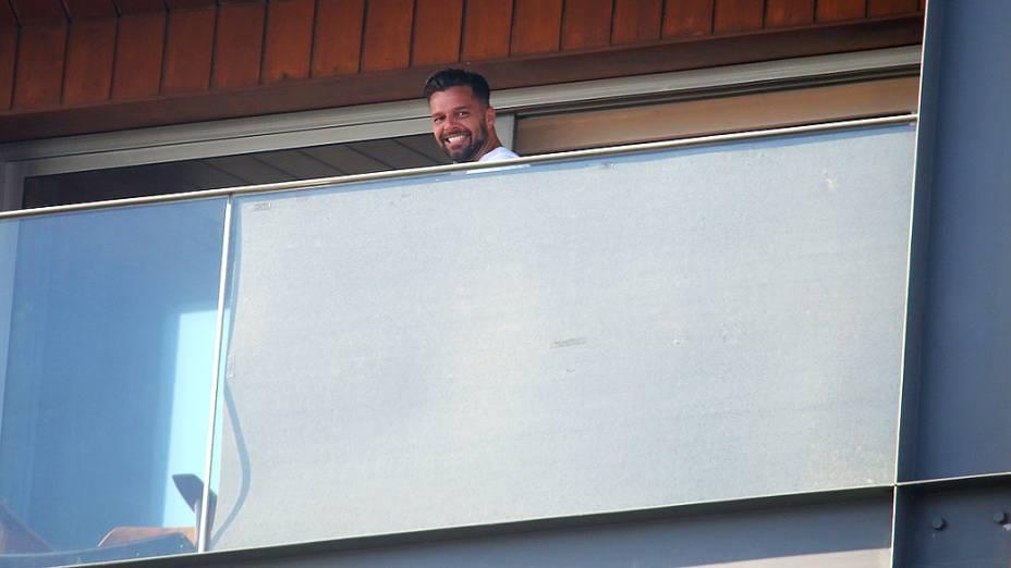 Equipe de Ricky Martin troca o cantor de suíte e usa tapumes para bloquear visão dos Paparazzi