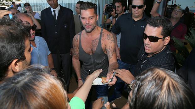 Ricky Martin na saída do hotel no Rio de Janeiro