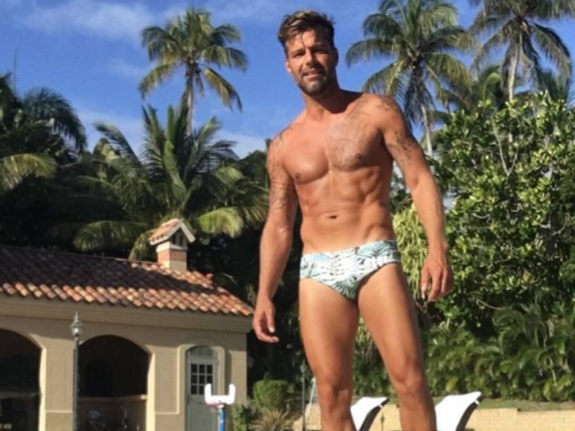 Ricky Martin exibe tanquinho em redes sociais