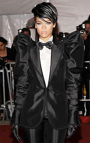 Em maio, Rihanna chamou atenção ao chegar a um evento de moda com esse terno.