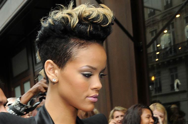 A cantora apareceu no Paris Fashion Week com o cabelo moicano pintado de loiro.