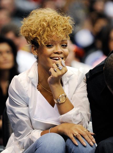 Rihanna assistindo partida de basquete, em 2010