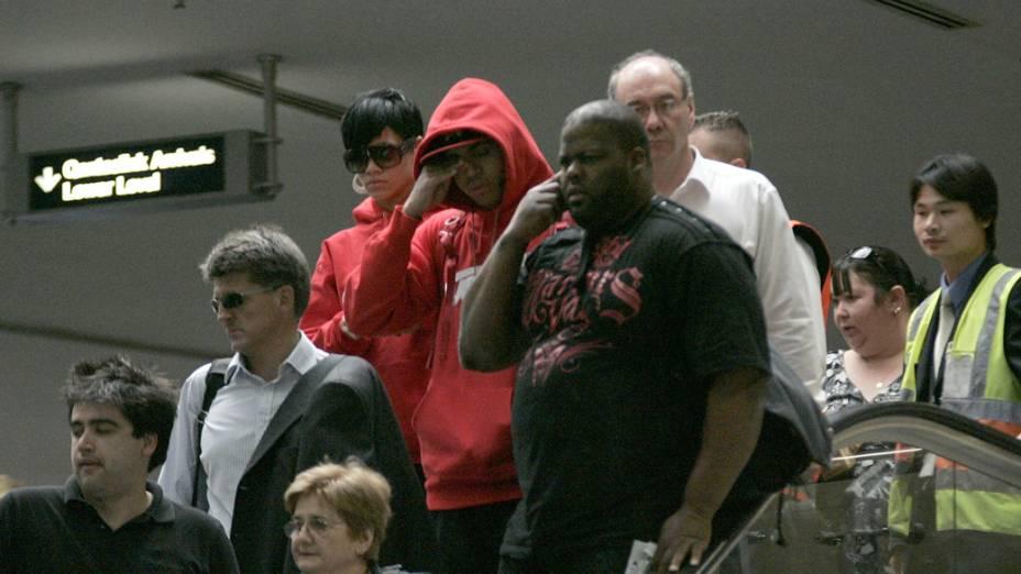 Rihanna e Chris Brown em aeroporto da Austrália, em 2008