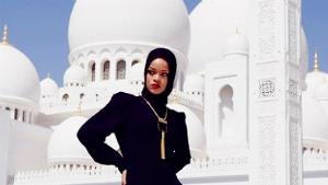 Rihanna faz ensaio em mesquita