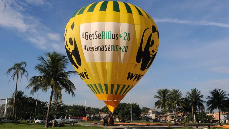 Balão da organização WWF foi forçado a ser tirado do ar na manhã desta terça, por causa do espaço de exclusão aérea no Rio de Janeiro durante a Rio+20