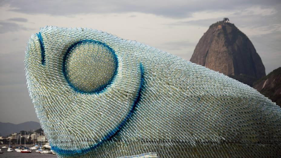Peixes feitos com garrafas plásticas de agua mineral enfeitam a praia de Botafogo, na Zona Sul do Rio