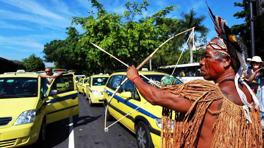Índios saem em passeata até o BNDES e param o trânsito com arcos e fechas
