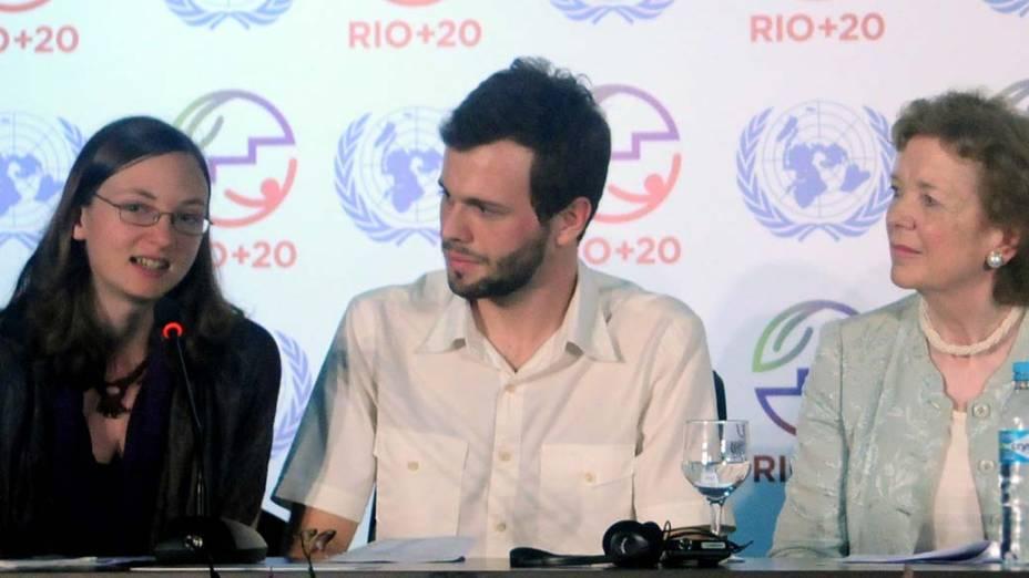 """A suéca Sara Svensson, o brasileiro Pedro Telles e a ex-presidente da Irlanda Mary Robinson, na conferência The Elders e os Youngers"""" durante a Rio+20a"""