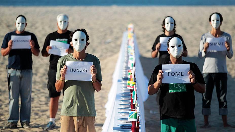 Apoiadores da ONG Rio de Paz fazem ato contra fome mundial na praia de Copacabana durante a Rio+20