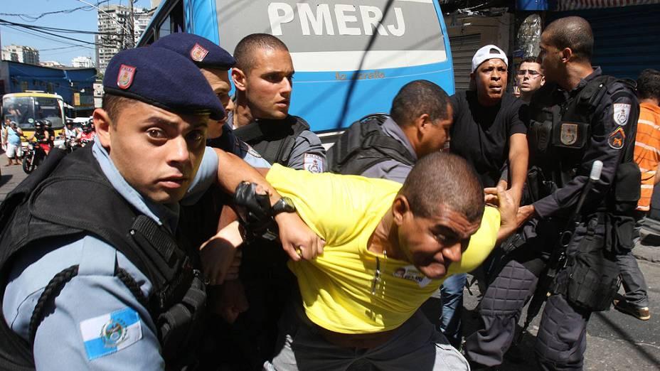 Homem é detido por policiais militares no Rio de Janeiro