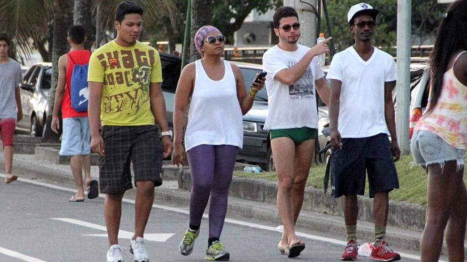 Rio: Gaby Amarantos caminha com amigos na orla de Ipanema