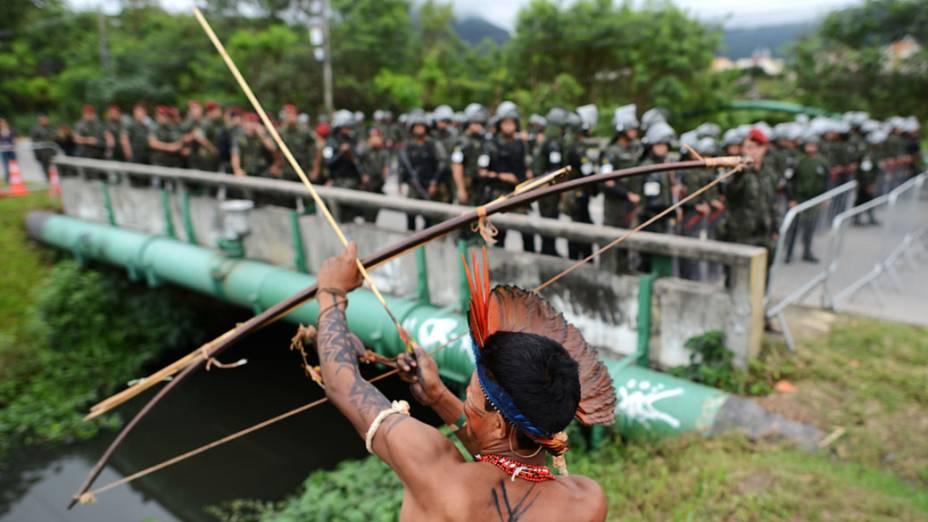 Indígenas brasileiros realizam protestos diante de militares durante a Rio+20