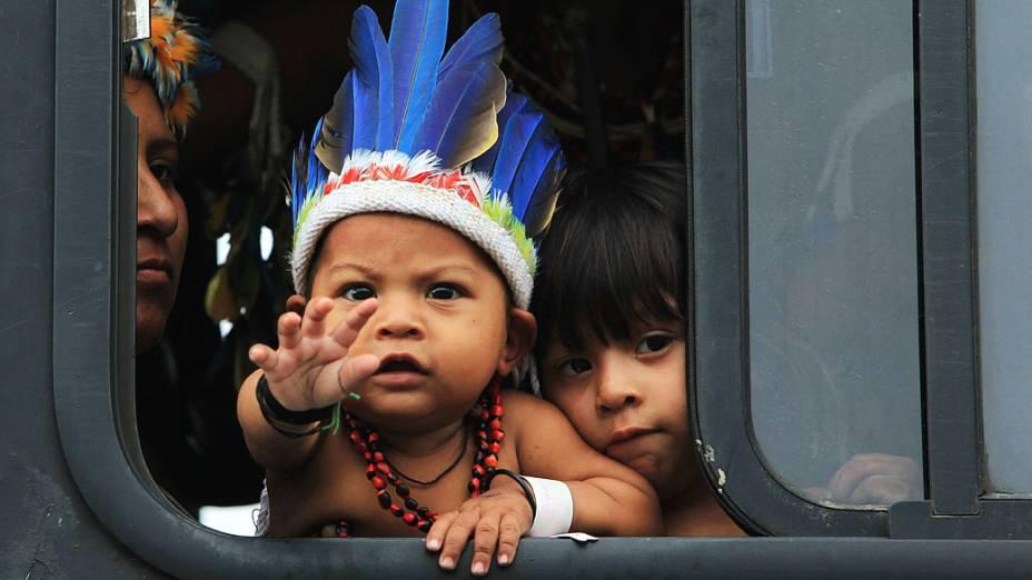 Indígenas de todo o mundo participam de marcha para entregar um documento com suas reivindicações ao governo brasileiro