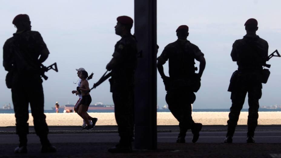 Soldados patrulham a praia de Copacabana nos preparativos da Rio+20