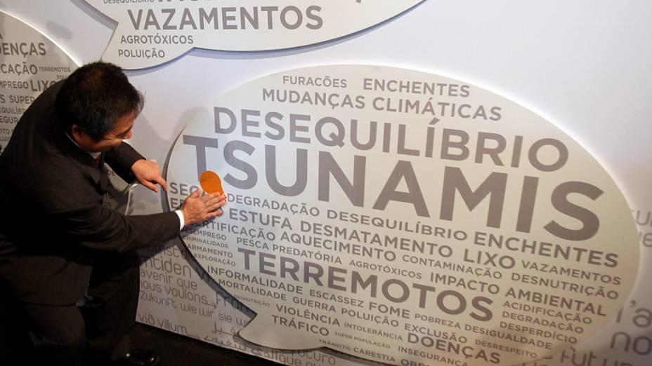 O cônsul japonês Masaru Watanabe coloca adesivo sobre a palavra tsunami durante a Rio+20