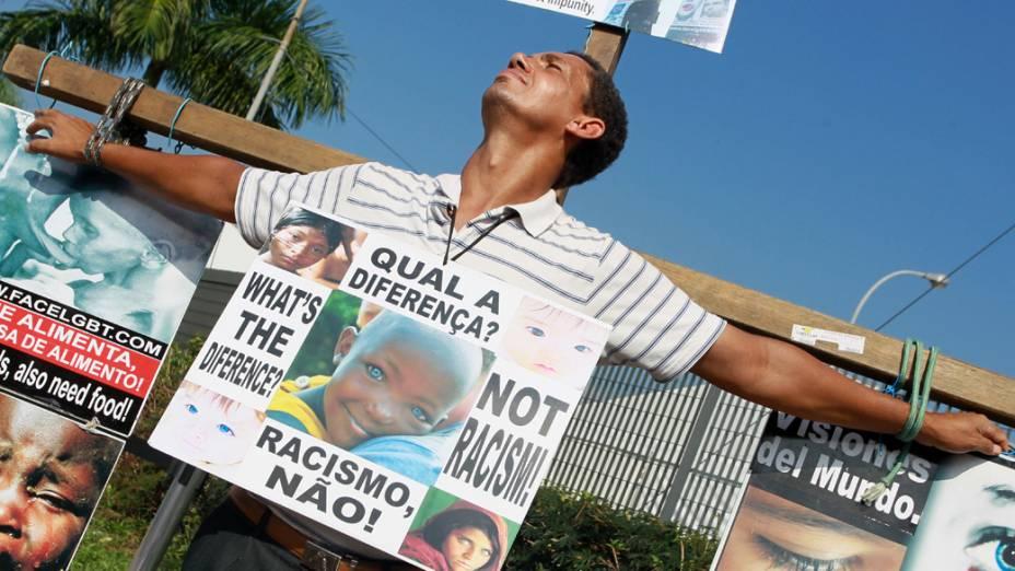 Na Barra da Tijuca, homem faz manifestação durante a Rio+20
