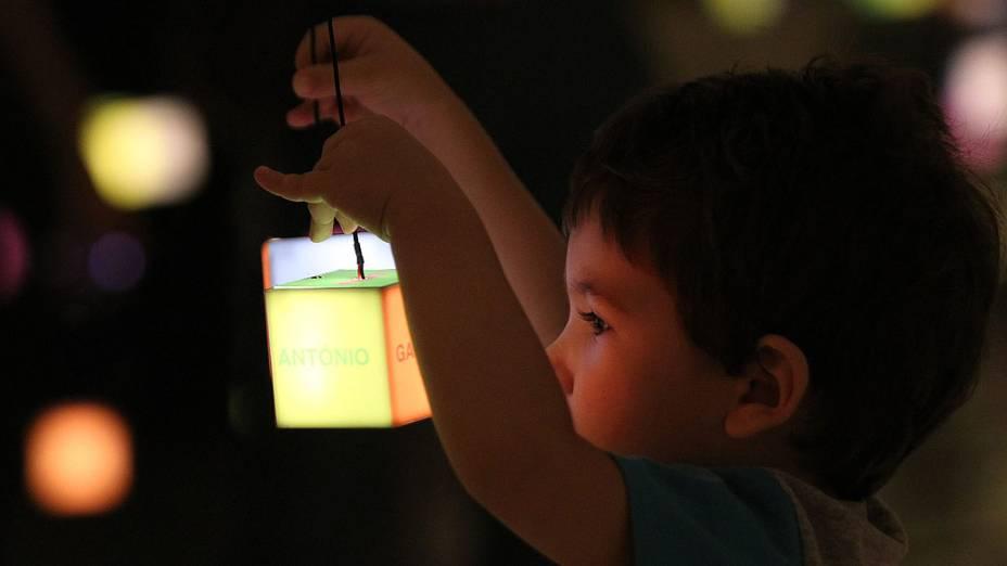 """Criança brinca com as luzes durante exposições de """"Future Project"""", no Forte de Copacabana"""