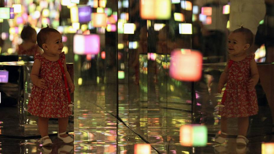 """Menina brinca com as luzes durante exposições de """"Future Project"""", no Forte de Copacabana"""