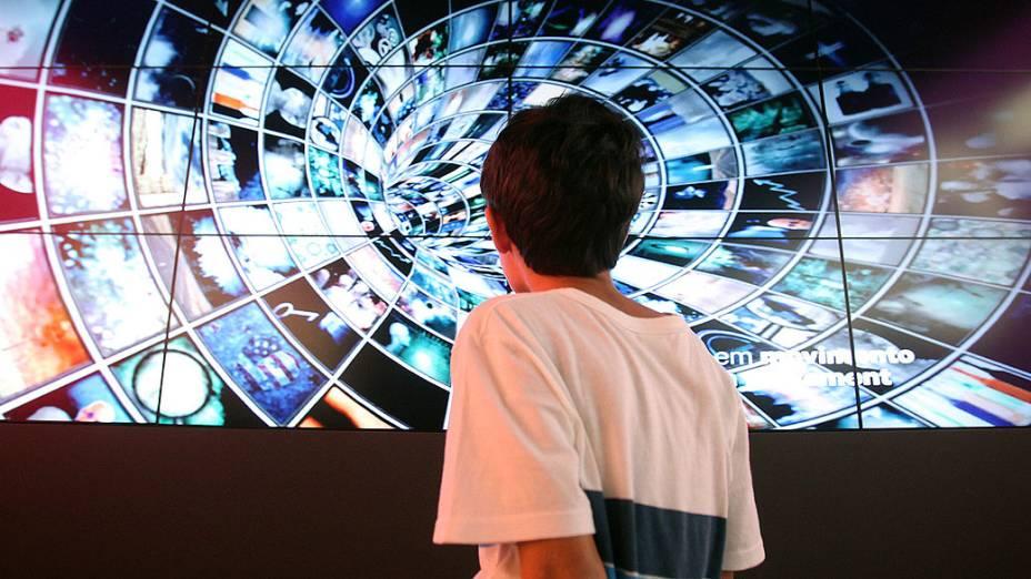 """Estudante durante exposições de """"Future Project"""", no Forte de Copacabana"""