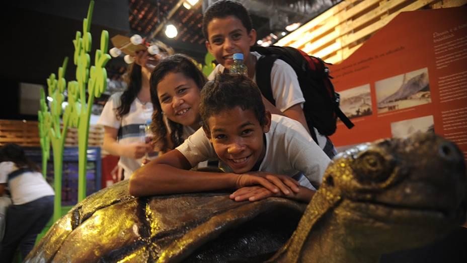 Alunos de várias escolas do país visitam a Expo Brasil Sustentável, exposição montada no cais do Porto do Rio de Janeiro