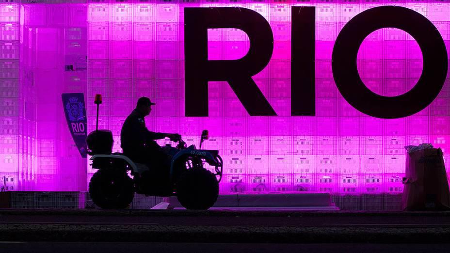 Policial patrulha em um quadriciclo ao longo da praia de Copacabana durante a Rio +20, que entra em seu terceiro dia