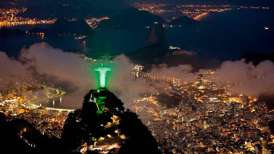 Cristo Redentor é iluminado de verde durante Rio+20