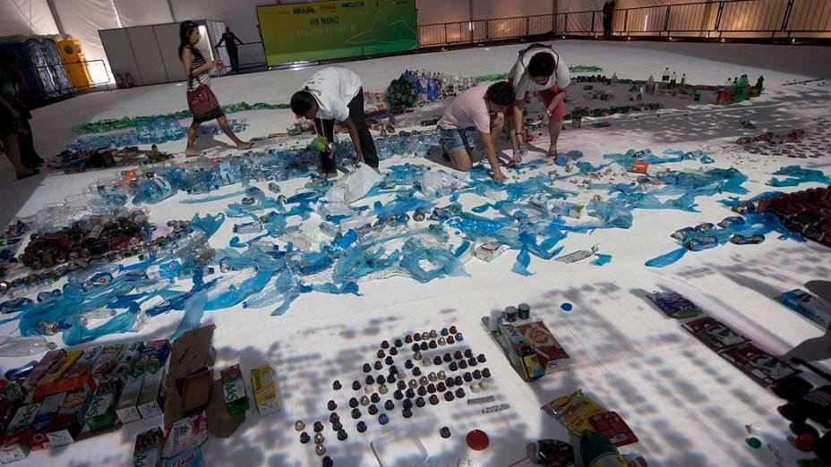 """""""Paisagem"""" projeto feito pelo artista brasileiro Vik Muniz que recria a imagem da Baía de Guanabara, no Rio de Janeiro"""