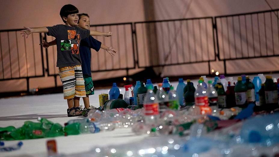 Crianças brincam, no projeto feito pelo artista brasileiro Vik Muniz que recria a imagem da Baía de Guanabara, no Rio de Janeiro