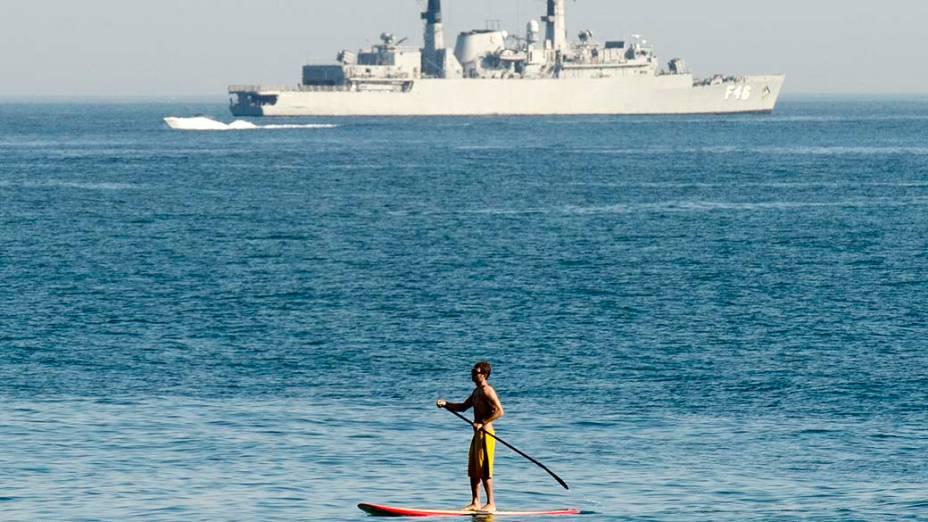 Fragata da Marinha brasileira destaca-se na baía de Guanabara