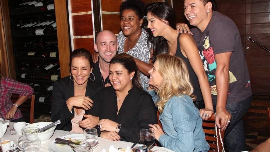 Rio: Preta Gil vai a churrascaria com amigos