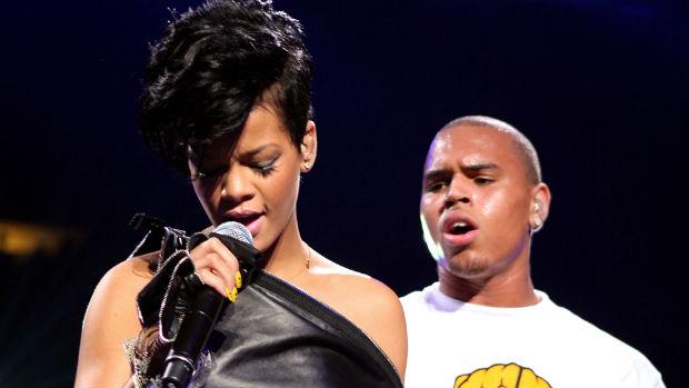 A cantora Rihanna com o então namorado Chris Brown, em 2009