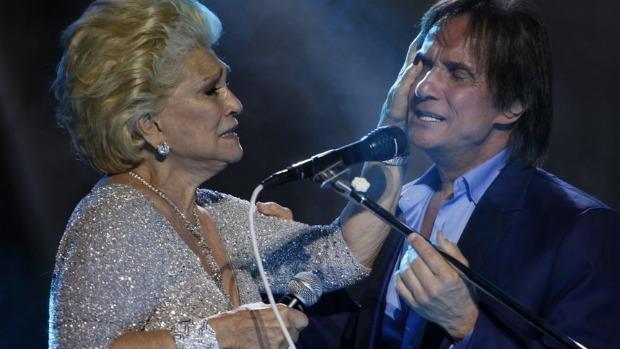 Hebe Camargo enxuga lágrimas de Roberto Carlos em show <br>