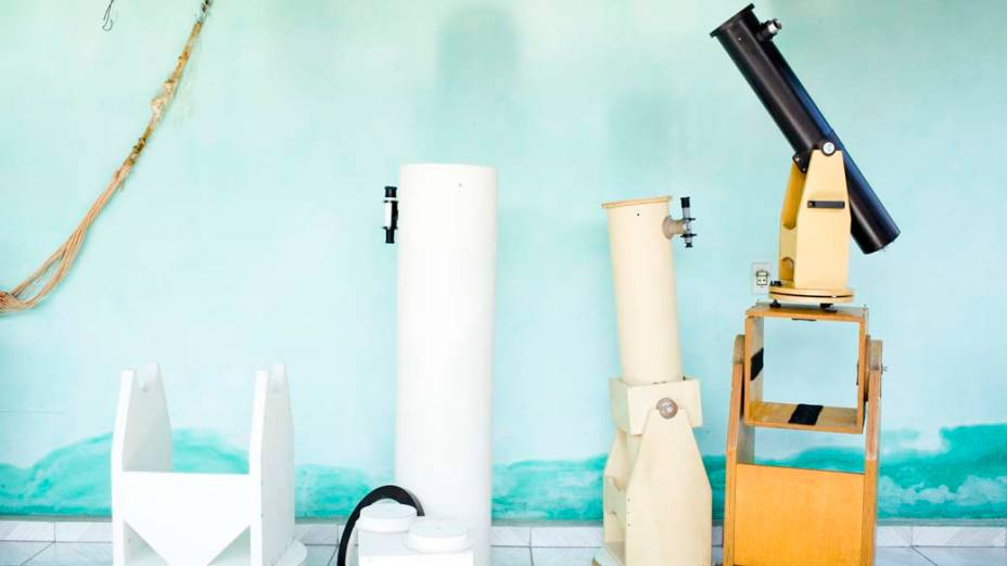 <p>Da esquerda para a direita, telescópio Newtoniano de 250mm em fase de acabamento, telescópio Newtoniano de 180mm e pequeno refletor Newtoniano de 90mm sobre cavalete de provas</p>