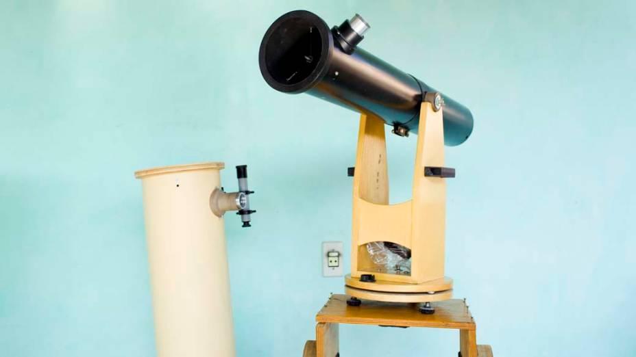 <p>Da esquerda para a direita, telescópio Newtoniano de 180mm e pequeno refletor Newtoniano de 90mm sobre cavalete de provas</p>